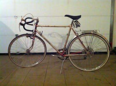 A kerékpár innenső oldala valószínűleg rengeteg napot kapott: elképesztően kifakult már.